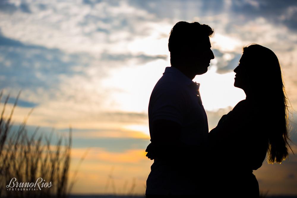 ensaio casal paraíso na terra prévia romântica  silhueta por do sol