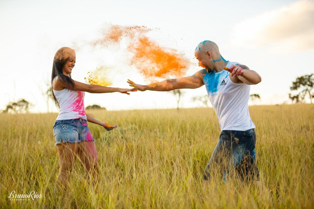 ensaio casal ensaio romântico prévia romântica rancho canabrava tinta holi colorido