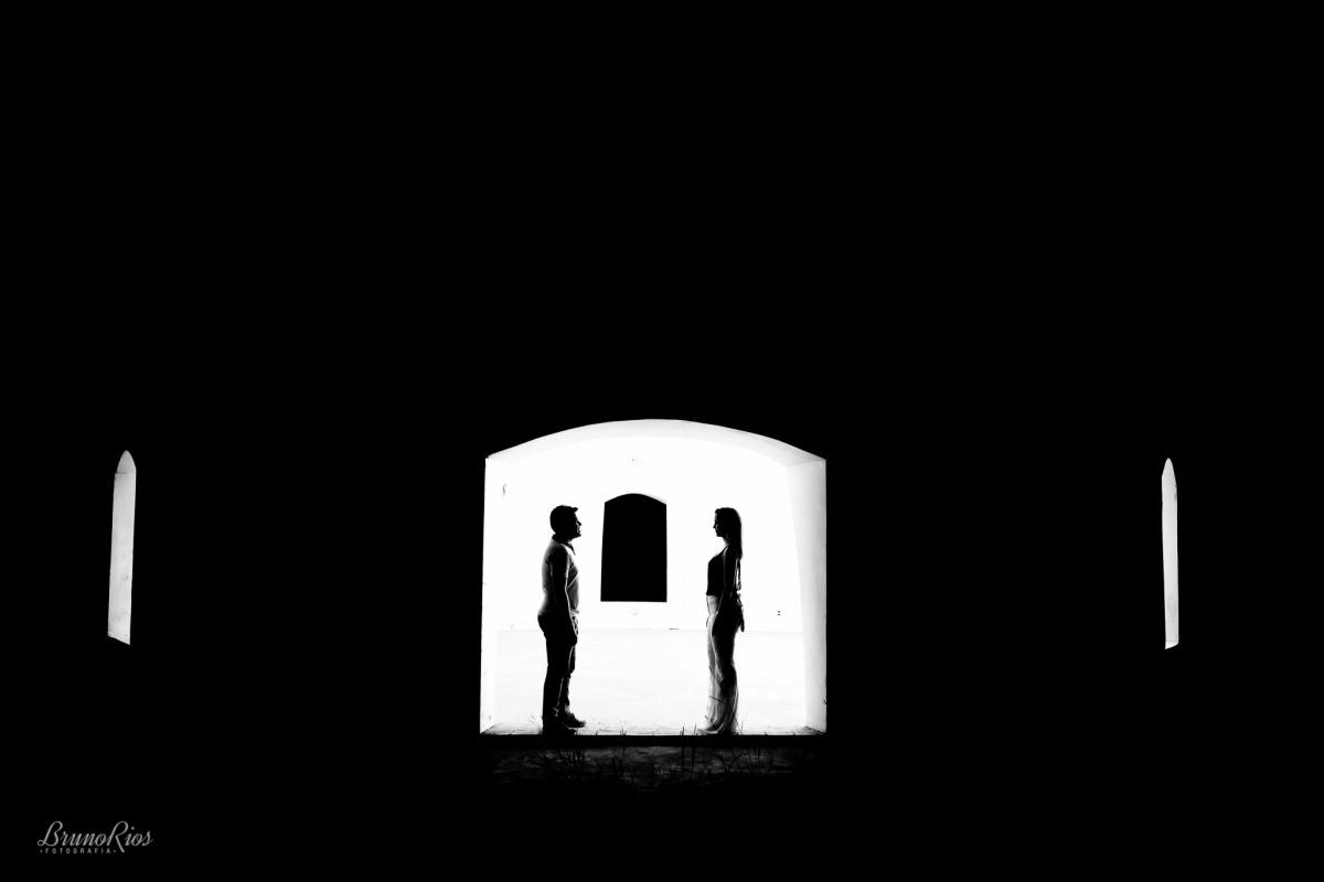 ensaio casal - Ana e Franklin - Paraíso na Terra - silhueta - janela - peb - p&b - preto e branco