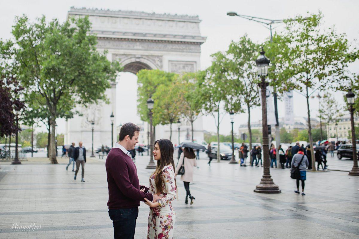 ensaio romântico paris e-session paris ensaio casal brasileiros em paris fotografia parisiense arco do triunfo