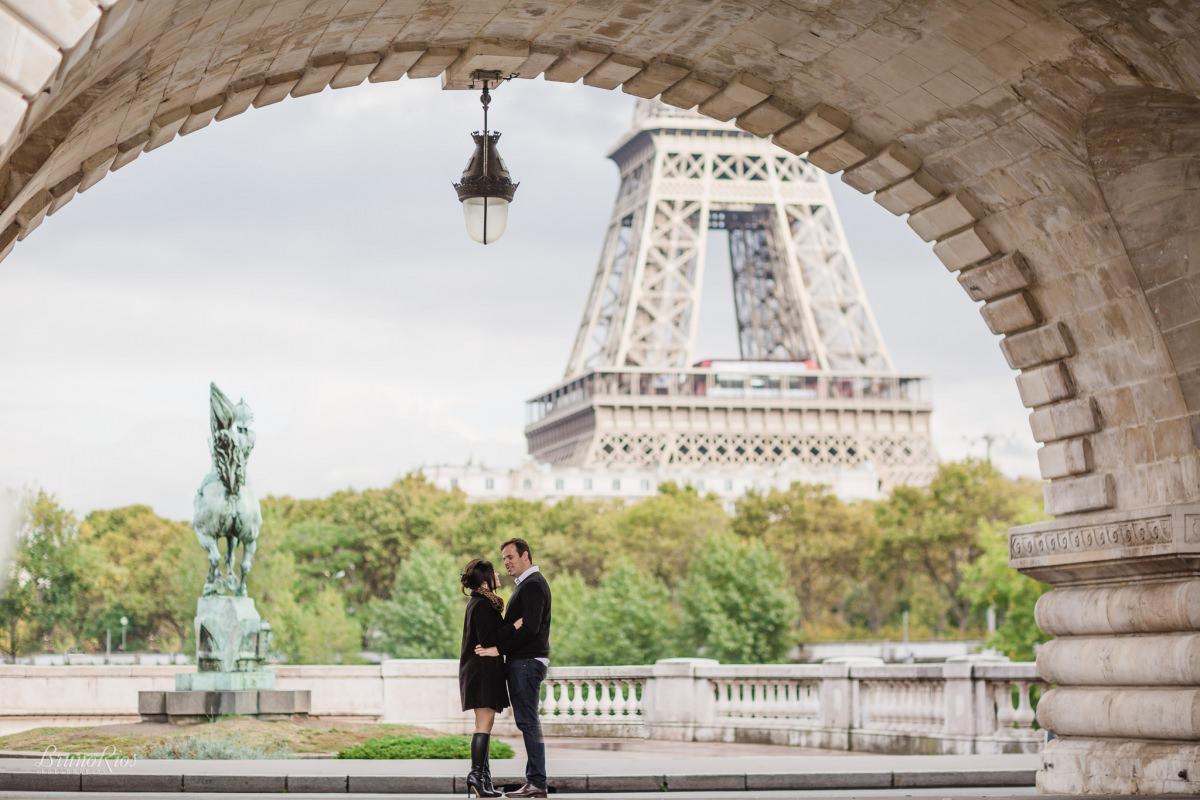 ensaio romântico paris e-session paris ensaio casal brasileiros em paris fotografia parisiense torre eiffel