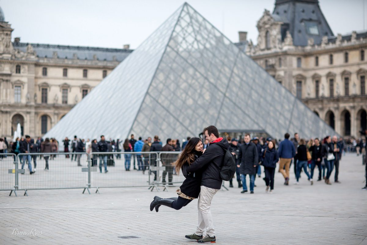 ensaio romântico paris e-session paris ensaio casal brasileiros em paris fotografia parisiense louvre