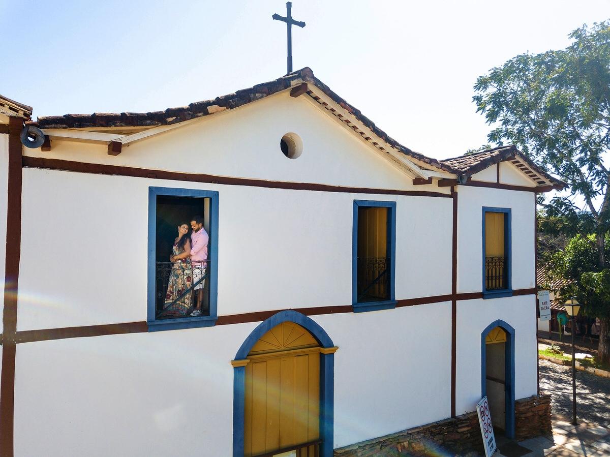 ensaio casal noivos pirenópolis goiás igreja drone